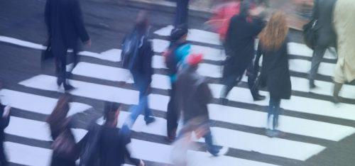 Oamenii trec strada pe trecere